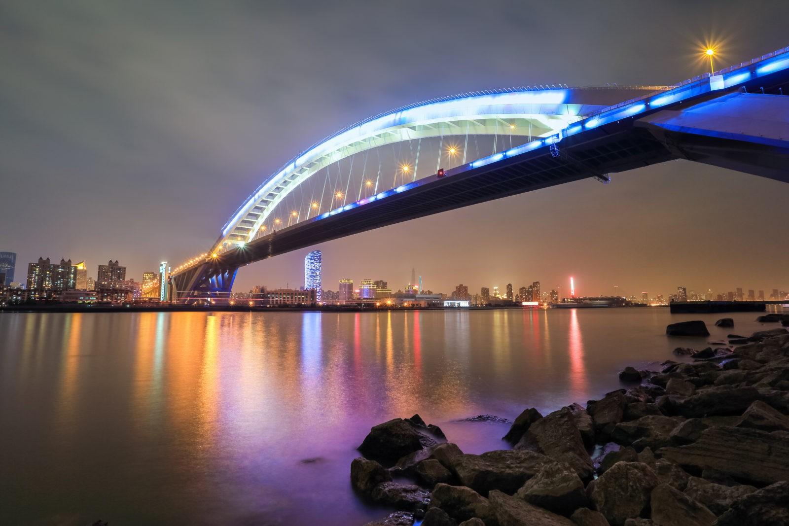 34 млн килограмм стали парят над оживленной рекой Хуанпу