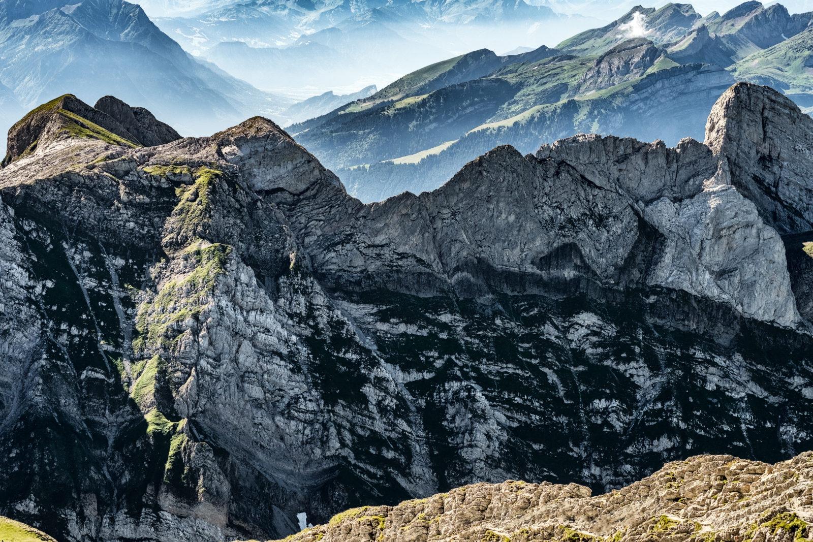 На 2300 метров вглубь Альпийских гор расположен тоннель длиною в 57 километров.