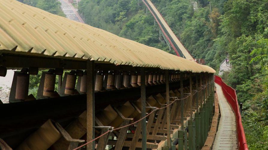 В Китае работает ленточный конвейер транспортировки известняка длиной 13,7  км.